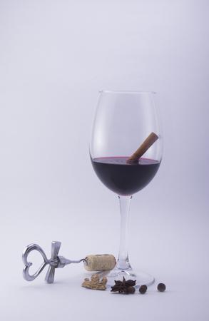 vin chaud: vin chaud dans un verre avec des assaisonnements sur un fond blanc Banque d'images