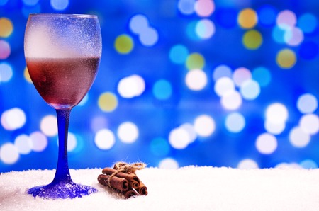 vin chaud: glass of hot wine with seasonings on a wooden table Banque d'images