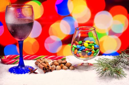vin chaud: verre de vin chaud avec des assaisonnements sur une table en bois
