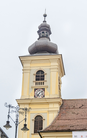 rumanian: SIBIU, ROMANIA - AUGUST 10, 2016: Detail of coupola situated near downtown of the city. Roof with old clock