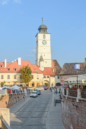 rumanian: SIBIU, ROMANIA - AUGUST 10, 2016: Streets of the downtown city with restaurants and old buildings, view from Liars Bridge Editorial