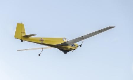 航空ショー: BUCHAREST, ROMANIA - SEPTEMBER 5, 2015. Aerobatic motorplane (sailplane) pilot training in the sky of the city. ICA IS-28, aeroshow