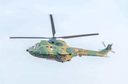 ブカレスト、ルーマニア - 2015 年 9 月 5 日。市の上空で訓練曲技飛行 elicopter のパイロット。プーマ elicopter、海軍、陸軍のドリル。 報道画像
