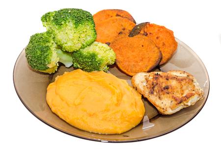alimentacion balanceada: placa transparente con brócoli verde fresco, rompió la batata y el tramo de la batata naranja, carne de pollo.