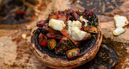 Cooked mushrooms stuffed with vegetables, cheese and meat. Banco de Imagens