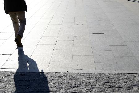 wandelen man, uit achterkant. Schaduw Stockfoto
