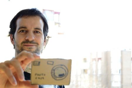 falso: hombre que toma una foto con una cámara falsa
