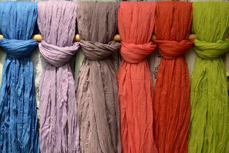 bufandas: pa�uelos de colores dispuestos verticalmente Foto de archivo