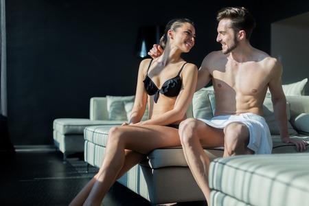 pareja desnuda: Bella pareja en el amor estar en su luna de miel en una habitación de hotel mientras luxuus estar medio desnuda