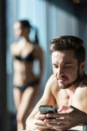 Bedriegende man texting zijn minnaar Stockfoto