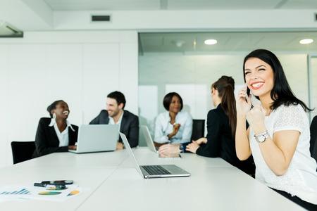 gente exitosa: Empresaria joven hermosa que recibe buenas noticias sobre el �xito de se�alizaci�n telef�nica respecto futuras ofertas frutiful