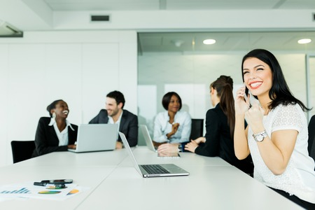 Schöne junge Geschäftsfrau erhalten eine gute Nachricht am Telefon signalisiert Erfolg in Bezug auf künftige frutiful Angebote