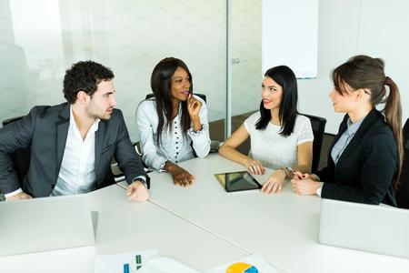 Business administration: Charla del asunto mientras est� sentado en una mesa y el an�lisis de resultados