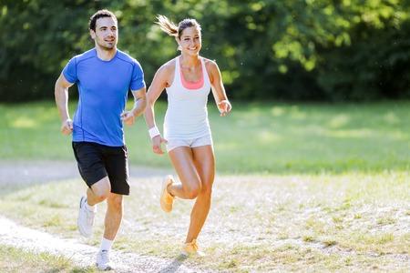 pareja saludable: Los jóvenes trotar y hacer ejercicio en la naturaleza