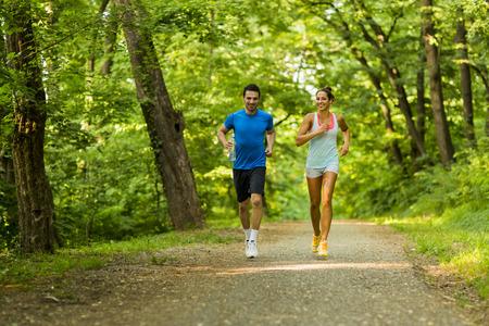 若者がジョギングや自然の中の運動 写真素材