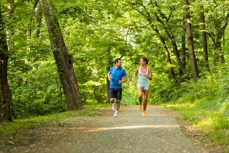 hacer footing: Los jóvenes trotar y hacer ejercicio en la naturaleza