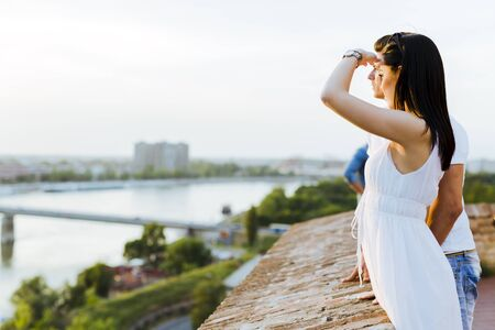 mujer mirando el horizonte: Bella joven en el amor mirando la puesta del sol