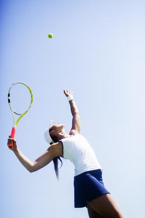 Jugador de tenis de sexo femenino hermoso Foto de archivo - 43960788