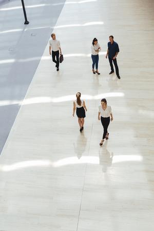 bewegung menschen: Junge Geschäftsleute, die vor der Arbeit in ihrem Büro
