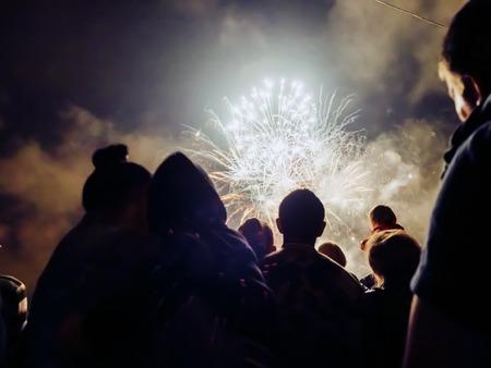 Crowd wathcing Feuerwerk und Feiern