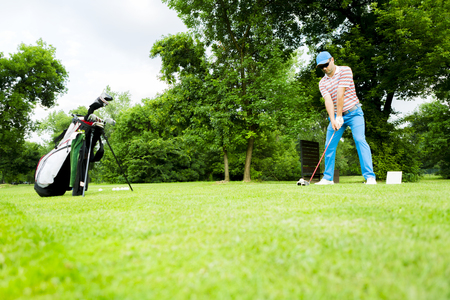 plan éloigné: Golfeur se prépare à frapper le premier coup de feu à long