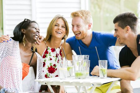 mujeres juntas: Amigos que ríen y se abrazan outher aire libre y ser feliz Foto de archivo