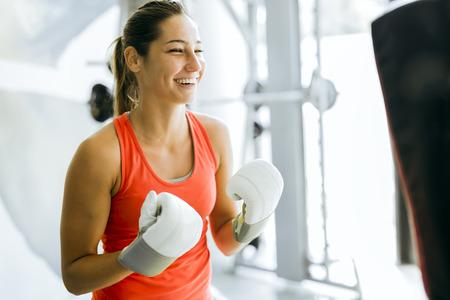 gimnasio: El boxeo de la mujer joven y la formación en un gimnasio
