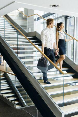 escalera: Hombre de negocios y de negocios, caminar y subir escaleras en un edificio de oficinas moderno
