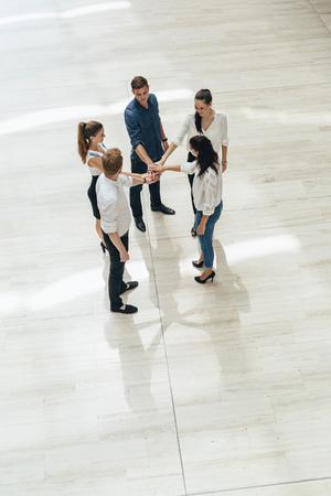 manos unidas: Trabajo en equipo. Las personas con las manos juntas. Uni�n. Vista superior