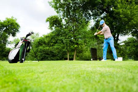 plan éloigné: Golfeur obtenir prêt à frapper le premier coup à long