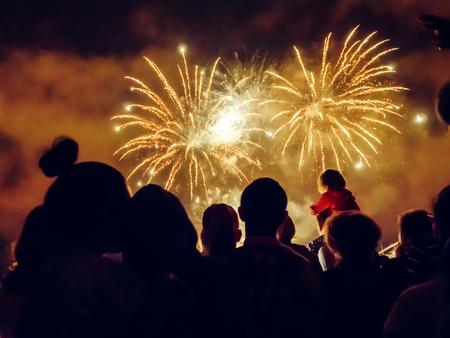 celebra: Multitud wathcing fuegos artificiales y la celebración