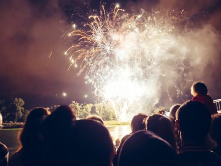 Crowd wathcing Feuerwerk und Feiern Standard-Bild - 44529295