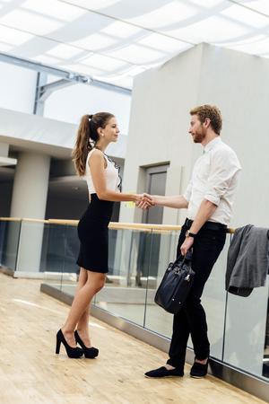 personas saludandose: La gente de negocios que se saludan formalmente