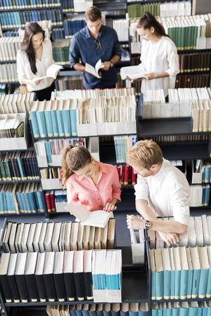 Étudiants apprenant, lisant dans la bibliothèque, vue d'en haut