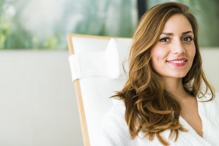 가운에 편안한 아름 다운 젊은 건강 한 여자의 초상화