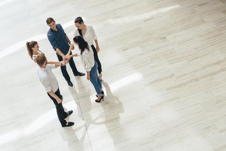manos unidas: Trabajo en equipo. Las personas con las manos juntas. Unión. Vista superior