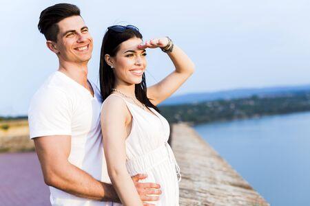 mujer mirando el horizonte: Beautiful couple in love watching sunset