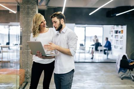 Business-Kollegen neue Ideen zu diskutieren und Brainstorming in einem modernen Büro Standard-Bild