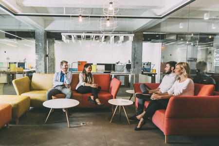personas hablando: Grupo de personas inteligentes j�venes hablando en caf� moderno