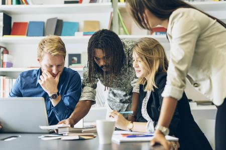 reuniones empresariales: Lluvia de ideas entre colegas en el trabajo