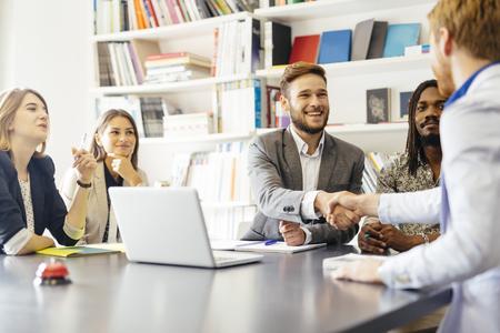 Bedrijfsleven de hand schudden met een klant in het kantoor Stockfoto