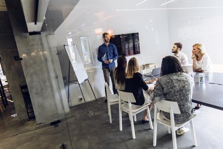 Gruppe von Mitarbeitern in einem Büro Brainstorming und Präsentation Standard-Bild