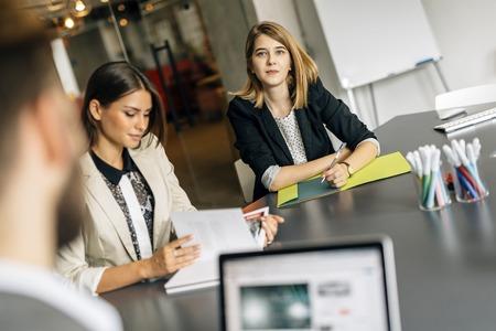 Schöne Geschäftsfrau im Büro arbeiten und lächelnd Standard-Bild
