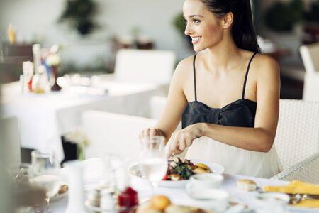 sexy young girl: Потрясающая дама с обедом в ресторане
