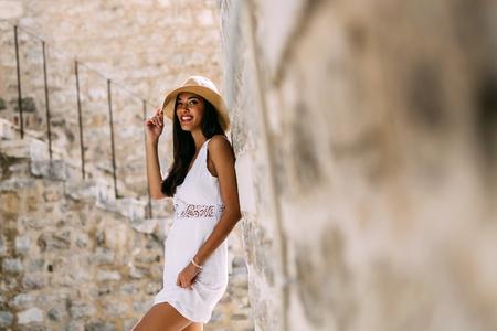 sexy young girl: Красивая женщина позирует в летнее время. Романтический выстрел Фото со стока