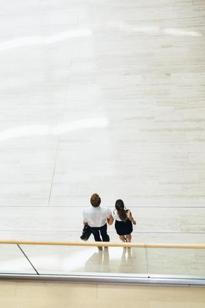 gente adulta: Negocios pareja caminando juntos. Vista superior
