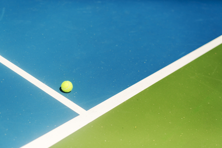 adentro y afuera: Tennis court ball in  out , ace  winner during serve, point Foto de archivo