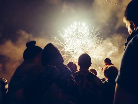 multitud gente: Multitud wathcing fuegos artificiales y la celebración
