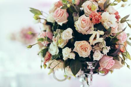mazzo di fiori: Bella decorazione sul tavolo di nozze con rose nel bouquet Archivio Fotografico