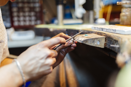billet: Goldsmith working and creating jewelry